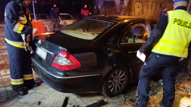 Nocny wypadek na Bemowie. Kierowca mercedesa ranny