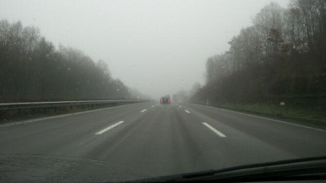 Śliskie drogi w części kraju