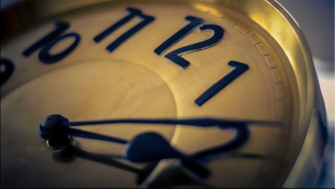 Kiedy zmiana czasu na zimowy w Polsce? Śpimy dłużej czy krócej?