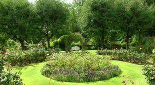 Ogród z lawendowym klombem